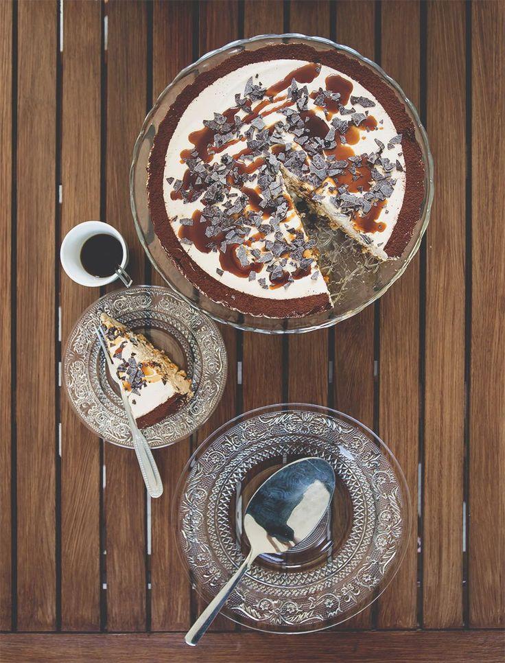 La cheesecake al caffè è un dessert fresco e facilissimo, energizzante e goloso con la particolarità di una base ai pop corn caramellati.