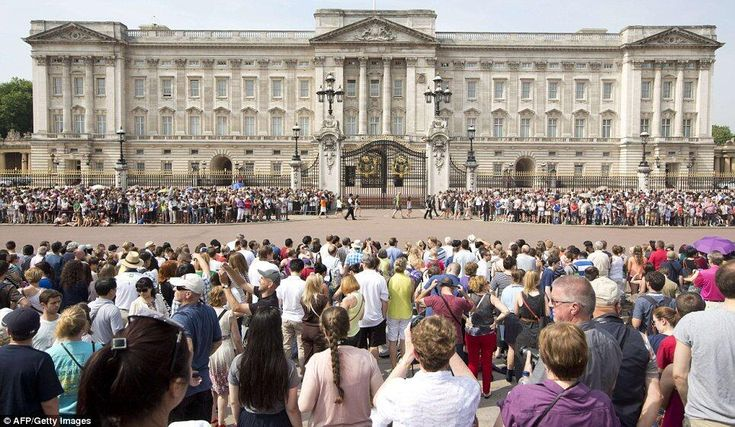 Crowds gather at Buckingham Palace to await the official birth announcement.{Kate Middleton Is In Labor – Royal Baby On The Way! || TheBlogtini.com}