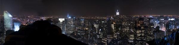 A 259 metri di altezza sulla linea dell'orizzonte di New York, il ponte di osservazione a tre livelli del Rockefeller Center offre una sensazionale vista illimitata a 360 gradi della città. John D. Rockefeller Jr. inaugurò il ponte di osservazione in cima al Rockefeller Center nel 1933; ispirato ai ponti dei grandi transatlantici dell'epoca, era stato arredato con sedie a sdraio, complementi con la classica forma a collo d'oca e canne ispirate alle ciminiere delle navi. Prenota l'ingresso!