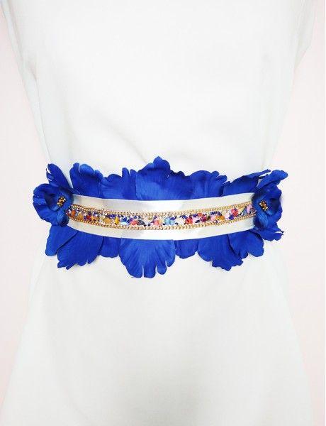 Cinturón de piedras de colores coronadas con cadena y pétalos grandes en color azul intenso. Cordón trenzado en color champan. Ideal para invitadas.