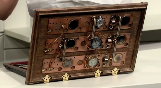 Just your average F series Vaio - Steampunked.Chiffonier, Portátil Steampunk, Steampunk Tablet, Steampunk Laptops, Sony Quieres,  Commode, Vaio Steampunk, Steampunk Vaio, Sony Vaio
