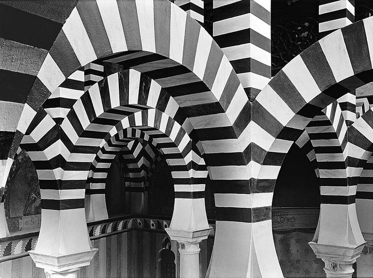 La Rocchetta Mattei in un servizio fotografico realizzato a pellicola in b/n, sviluppato e stampato personalmente da Antonio Biagiotti.