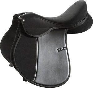 Silla Inglesa Sintética Norton 'Spring' Silla Inglesa mixta con predominancia salto, con perilla cortada. #equitación #caballos #sillasmontar #jinete #greenstyle #equestrian #equipocaballo