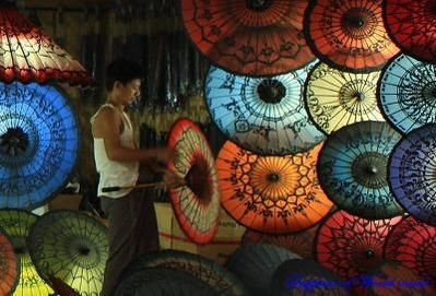 * 이 곳은 비가 옵니다. 비 내음이 제법 좋아요. 유비무환, 전국적으로 비가 내린다고 하니 우산을 챙겨 주세요. 사진은 미얀마의 전통 우산 뻐떼인 티 Pathein Hti.