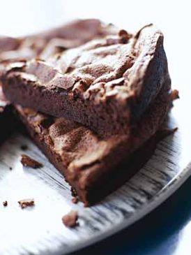 Recette Gâteau au chocolat :  Préparez une sorte de mousse au chocolat. Faites fondre le chocolat cassé en morceaux avec le beurre dans une casserole au ...