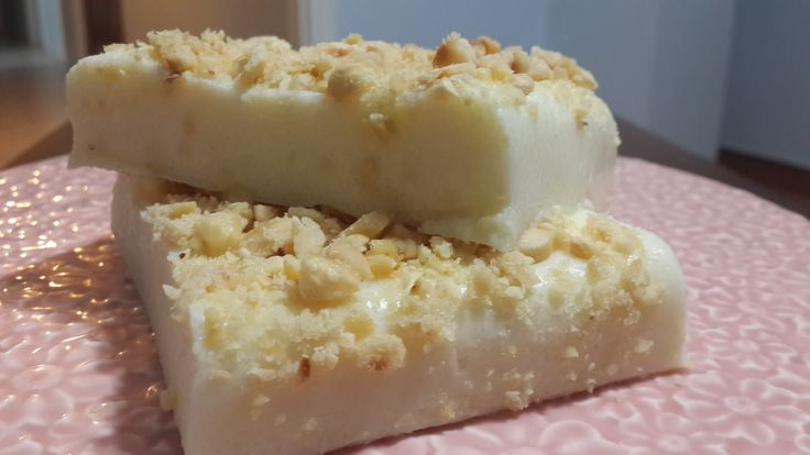 Malzemeleri:1 litre süt8 çorba kaşığı irmik7 çorba kaşığı şeker( şekerli olması isteniyorsa 9 çorba kaşığına kadar dilediğiniz ölçüde kullanın)1 adet limon rendesi2 çorba kaşığı dövülmüş fındık1 paket vanilya1 çorba kaşığı tereyağıHazırlanışı: Bir tencerenin için süt irmik ve şekeri koyup orta ateşte irmik koyulaşıp muhallebi kıvamına gelene kadar pişirin. Kıvam alan irmiğin altını kapatın içine limon …