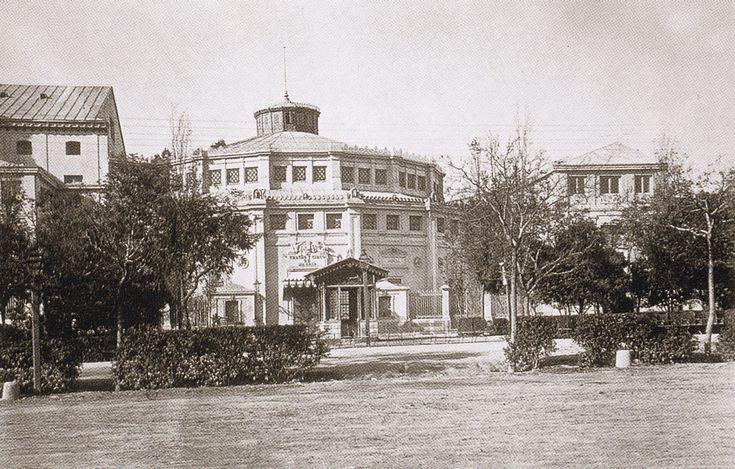 Paseo de Recoletos con el Circo Teatro Price.. c1870