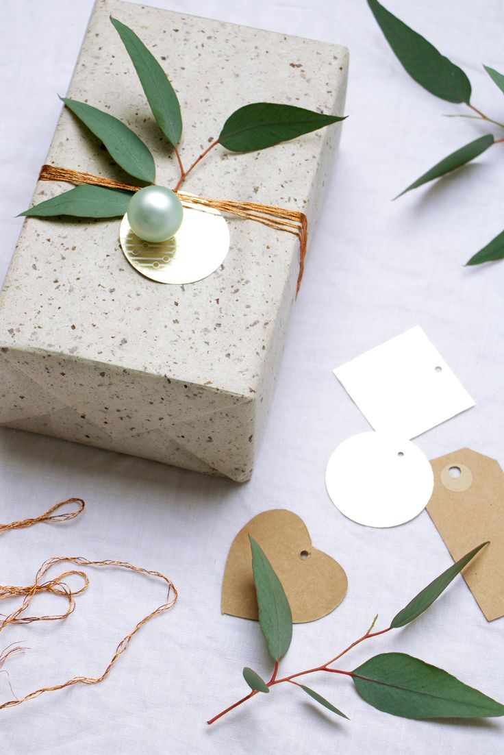 Inpakken voor kerst met groen | christmas gift wrapping  | Bron: Tekst en fotografie Marij Hessel vtwonen.nl