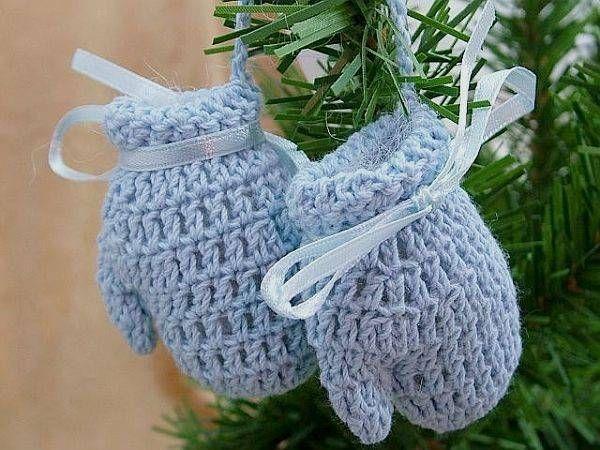 Вязаные рукавички как декор для елки
