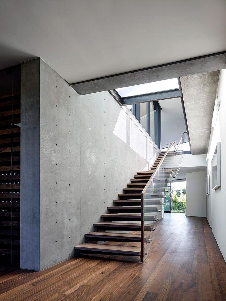 Las escaleras de madera, así como la casa, tienen un aspecto limpio y natural al estar recubiertas de cristal y estar debajo de un tragaluz. | Galería de fotos 7 de 17 | AD MX