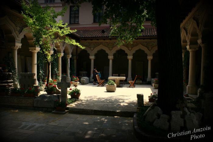 http://prinochideturist.wordpress.com/2013/07/17/manastirea-stavropoleos-church/