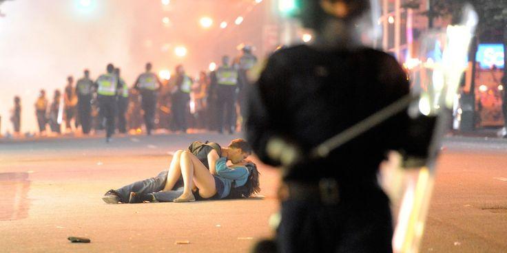 Un muchacho ayuda a su amiga luego de que un policía la golpeara el miércoles, tras un partido de hockey en Vancouver. Por el fotógrafo Rich Lam de la agencia Getty , muestra un contraste tan sorprendente entre la violencia del choque entre hinchas y policías antidisturbios y la intimidad del beso de la pareja