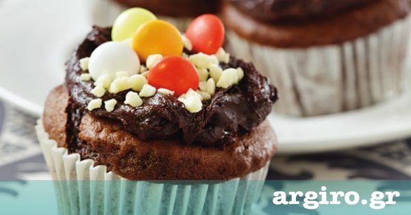 Cupcakes σοκολάτα από την Αργυρώ Μπαρμπαρίγου | Γαρνίρετέ τα με βουτυρόκρεμα σοκολάτας και πολύχρωμα κουφετάκια και σίγουρα θα καταναλωθούν αμέσως!