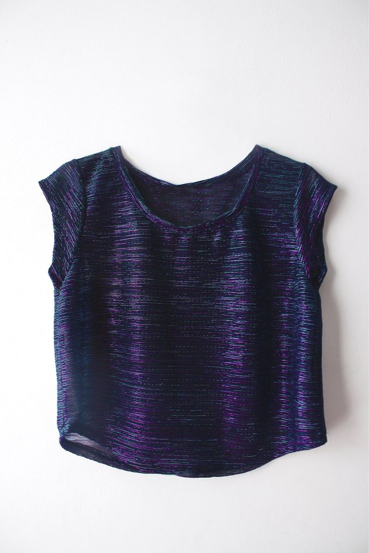 Remera Pupera Tornasolada con hilos de lurex en violetas, fucsia y tuquesa.