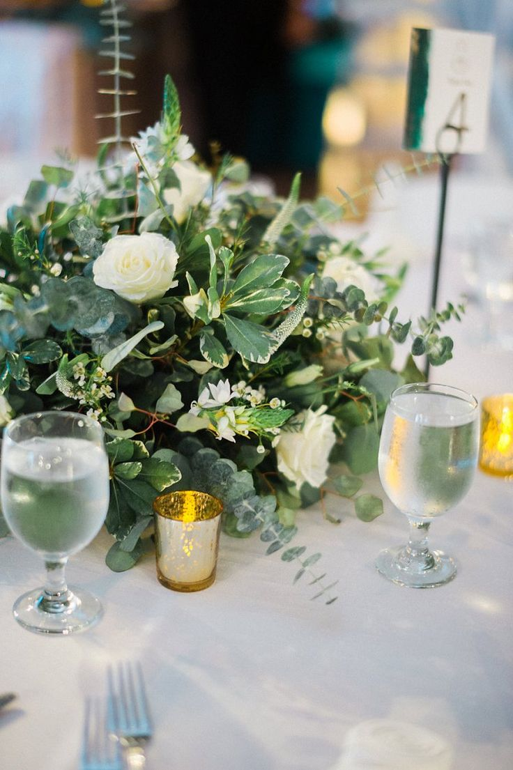 Greenery centerpiece with ivory florals | Texas Jewish wedding | Smashing the Glass Jewish wedding blog