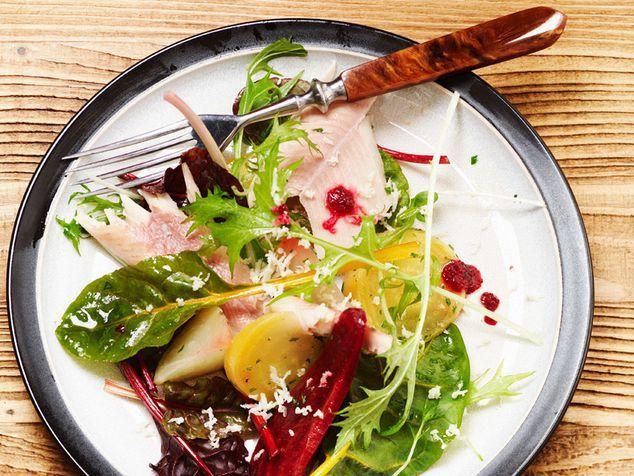 Salade met Biet - ZTRDG  3 kleine rauwe (gele of rode) bieten, 2 filets van gerookte forel, sla van bietenblad, mizuma of rucola, 1 stukje verse mierikswortel (50 g)...