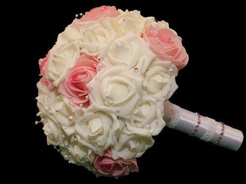 Fehér és rózsaszín menyasszonyi csokor