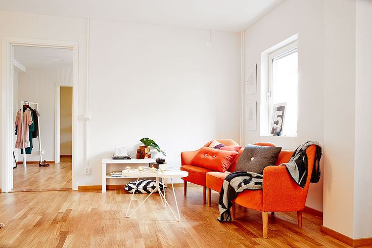 Daring color In this two-room apartment of 58m ² all in length,  an orange sofa was the choice and is the whole point of the lounge with its vitaminized color.