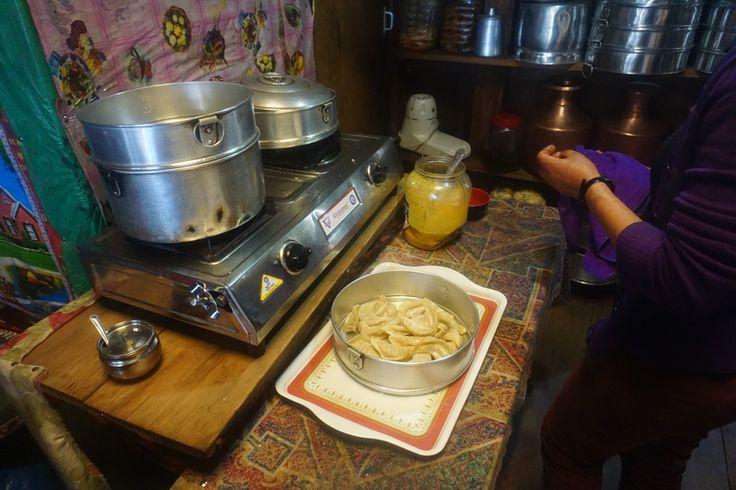 Как я люблю местные локалочки. Не эти помпезные рестораны для туристов, а те куда ходят непальцы. Где вас всегда встретят добрые хозяева. И накормят блюдами приготовленные с душой. В одно из таких мест нас завел наш портер Бхим. Там оказались такие вкусные Мо-мо!   С трека к Базовому лагерю Эвереста http://hikeup.net/trekk/7/ фотограф Аnna Оnufrienko