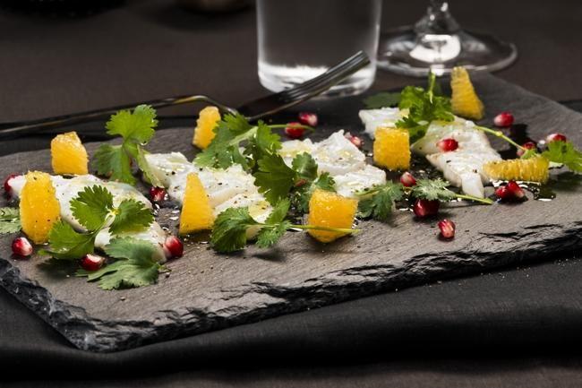 Forrett: Råmarinert torsk med sitrus Hovedrett: Helstekt ytrefilet med søtpotet Dessert: Sjokoladefondant med ananas