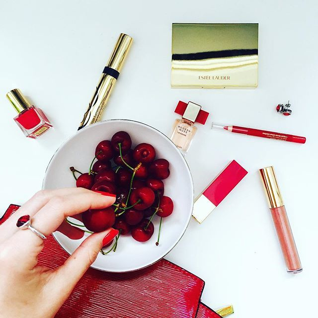 Red red red! 🍒 Loving my new @esteelauder #gift pack 🎁 #Christmas is nearly here! 💋 #merrychristmas #red #style #MarisaKateDesigns 💍