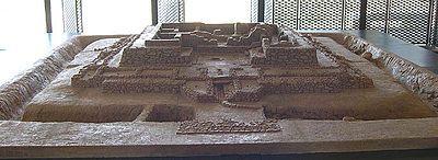El yacimiento de Cancho Roano, situado en Zalamea de la Serena (Badajoz), aún constituye una incógnita: es posible que fuera un palacio o un lugar de culto, o que cumpliera ambas funciones, además de mercado y santuario funerario. Sólo sus primeros estadios se asociarían con el mundo tartésico.