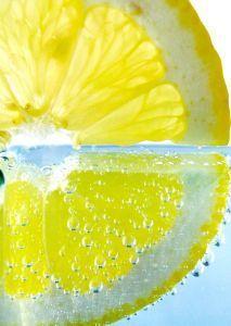 Ein einfaches Hausmittel gegen Kratzen im Hals wir aus Zitronensaft und weiteren Zutaten hergestellt.