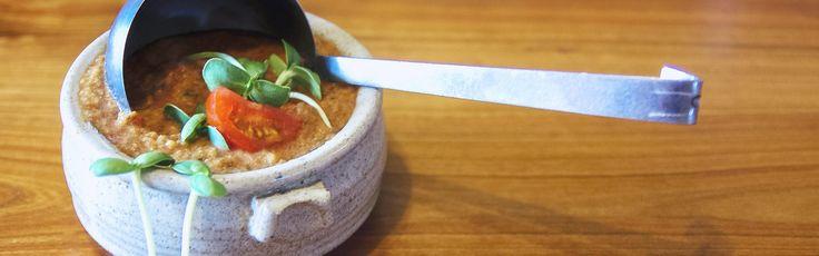 Cette soupe froide fait plaisir par un midi d'été. C'est un incontournable pour cuisiner les tomates et les concombres qui poussent en abondance sur la ferme. Suivez votre intuition et les légumes à votre disposition pour modifier cette recette de base.