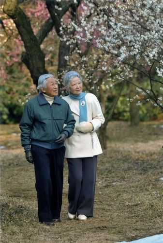 【肘つかみ】鑑賞される天皇、皇后両陛下=皇居内の寒香亭で2014年2月25日(宮内庁提供) ▼20Sep2014毎日新聞|皇后さま、80歳 「争いの芽摘む努力を」 http://mainichi.jp/shimen/news/20141020ddm001040177000c.html #Emperor_Akihito #Empress_Michiko