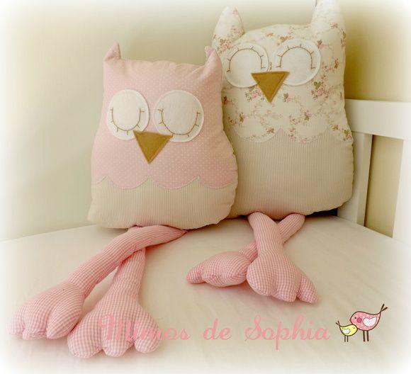 Linda dupla de almofadas em forma de corujinhas feitas a mão em tecido 100% algodão. As cores e estampas podem variar conforme disponibilidade (consulte-nos). Deixe o bercinho ou a cama de seu bebê ainda mais charmosa e aconchegante com nossas almofadas personalizadas.    Coruja grande : 45cm  Coruja pequena: 35cm R$ 149,90