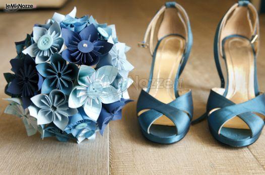 Bouquet con fiori di carta e bottoni sui toni del blu... Una bella idea per avere un tocco di originalità!