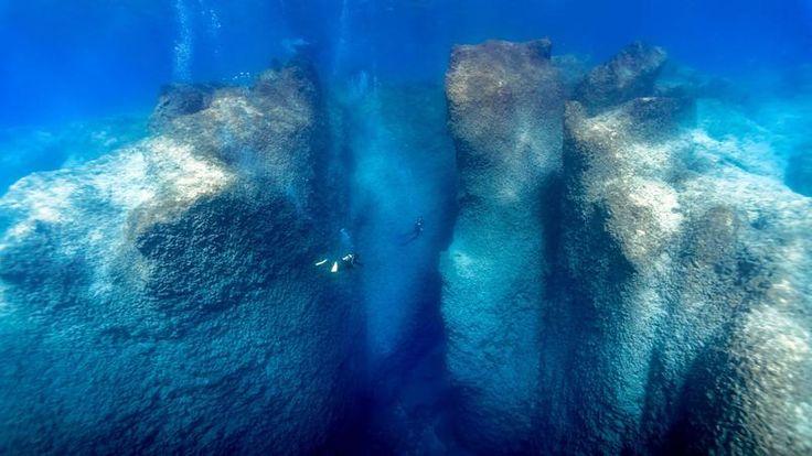 TRÈS GRAND BLEU.Si ce cliché d'une promenade sous-marine le long d'une paroi rocheuse en Turquie ressemble à une affiche publicitaire pour la plongée, c'est voulu. Tel est en effet le but avoué du moniteur qui l'a pris, à l'opposé des images habituelles, en très gros plan, au milieu d'une nuée de poissons colorés. Charlie Jung, 40 ans, a choisi de ne photographier que des plongées dans des grottes ou des failles comme celle-ci, en jouant sur l'intensité des bleus et sur les faisceaux…