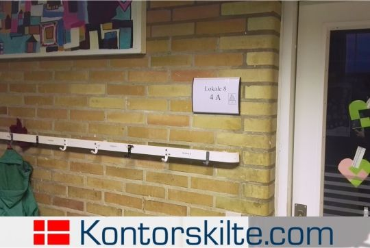 Strato wall sign in use in a school. It shows its practical use, when the classrooms gets shifted, it is very easy to update. For more information on different wallsigns, please go to our website www.kontorskilte.com