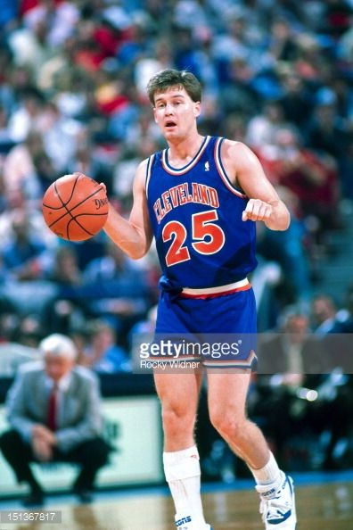 Fotografia de notícias : Mark Price of the Cleveland Cavaliers dribbles...