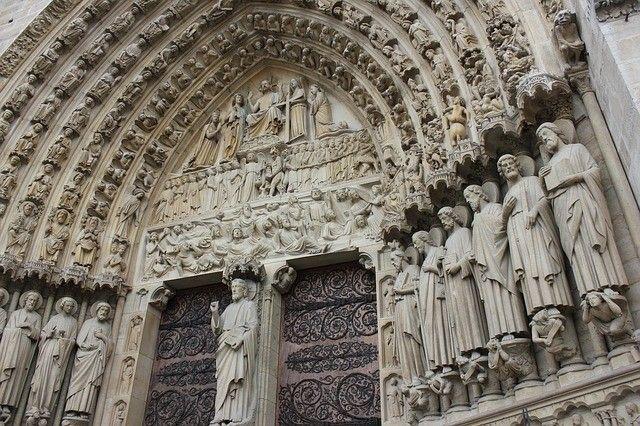 Os detalhes da porta da Catedral de Notre Dame. O local que a Catedral está já era palco de vários rituais Celtas tipo com fogueiras caldeiras e rituais. Os Celtas eram politeístas e dizem realizar sacrifícios humanos. Em 528d.C os romanos tomaram o lugar e construíram uma igreja românica onde cultuavam o Deus Jupiter. Daí em 1314 a praça Parvis em frente à fachada ocidental da catedral o último grão mestre templário juntamente com outros templários foram executados queimados vivos na…