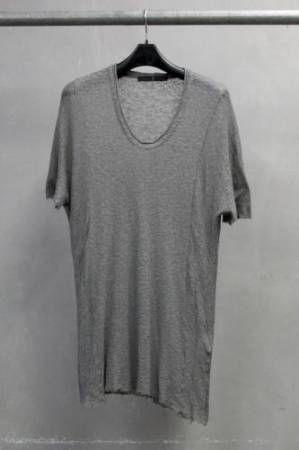 カットソー  カットアンドソーイング(ニット生地を裁断して縫製する事)の略。  しかし、一般にその製法によるニット外衣のうち、メンズ肌着に起源をもつTシャツ、ヘンリーネックシャツ、タンクトップ、スウェットシャツ等だけを指す。同じ製法によるニットスーツ、セーター、ニットジャケット、ポロシャツ、ニットシャツ、肌着等はカットソーとは言われない。  #アパレル #ファッション #ファッション用語 #wiki #生地 #編物 #編地 #ニット #マテリアル #テキスタイル #apparel #fashion #material #textile #fabric #knitting #Knittedfabric