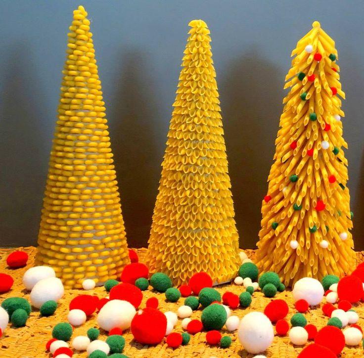 Makaronowe choinki Autor: Małgorzata Kerner #QSQ #Christmas #tree #ornament #inspiration #idea #white #red #green #indor #decor #pasta #craft #handmade #DIY #homemade #food #art #easy #funny