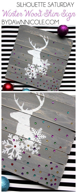 Silhouette de renne avec flocons et paillettes sur vieille planche