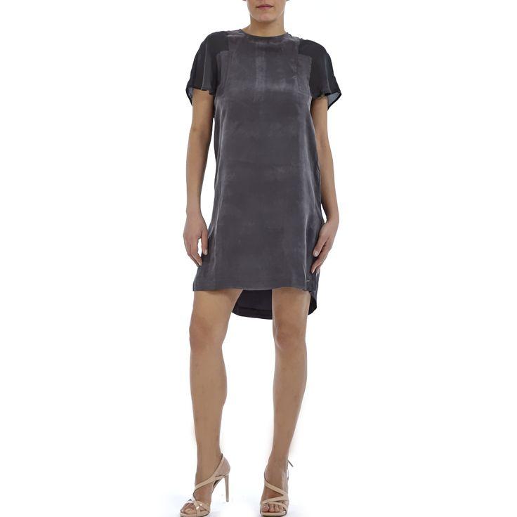 Μίνι φόρεμα σε ανθρακί σκούρο χρώμα, κοντά μανίκια σε μαύρο χρώμα με ημιδιαφάνεια και φερμουάρ στη πλάτη για καλύτερη εφαρμογή.