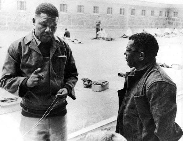 Nelson Mandela en la prisión Robben junto a Walter Sisulu, estuvo preso 27 años, 1966. Luego fue presidente de Sudáfrica. ¡27 años!