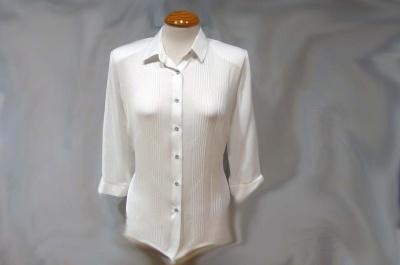 Blusa camisera básica, nervios delanteros, manga francesa.