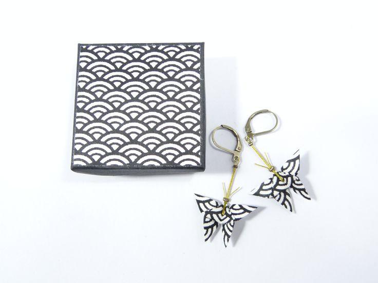 Boucles d'oreille papillons origami papier japonais washi bleu marine/blanc et dormeuses en laiton : Boucles d'oreille par phacelie
