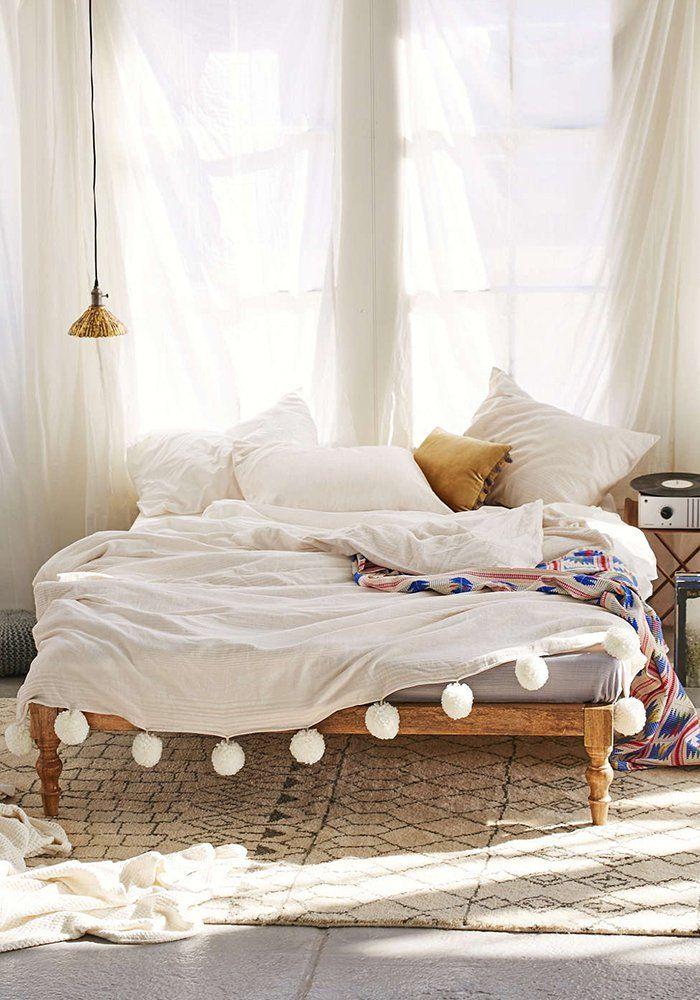 Pompons : 10 DIY déco / Dessus de lit à pompons  / Pompoms : 10 DIY for the home @urbanoutfitters - Marie Claire Idées
