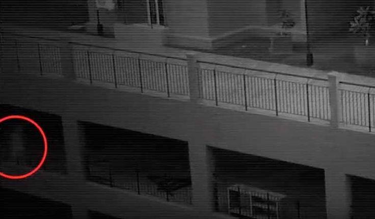 (adsbygoogle = window.adsbygoogle || []).push();   Una cámara de seguridad de circuito cerrado de televisión en un edificio de apartamentos captura la figura de un fantasma caminando alrededor de las 3:00 de la madrugada.Mira en la esquina inferior izquierda del video para ver el...