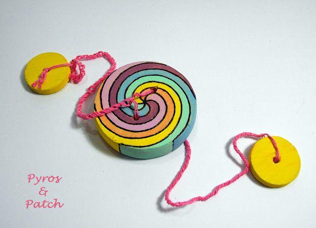 Antichi giochi in legno: frullino a bottone spirale di Archimede