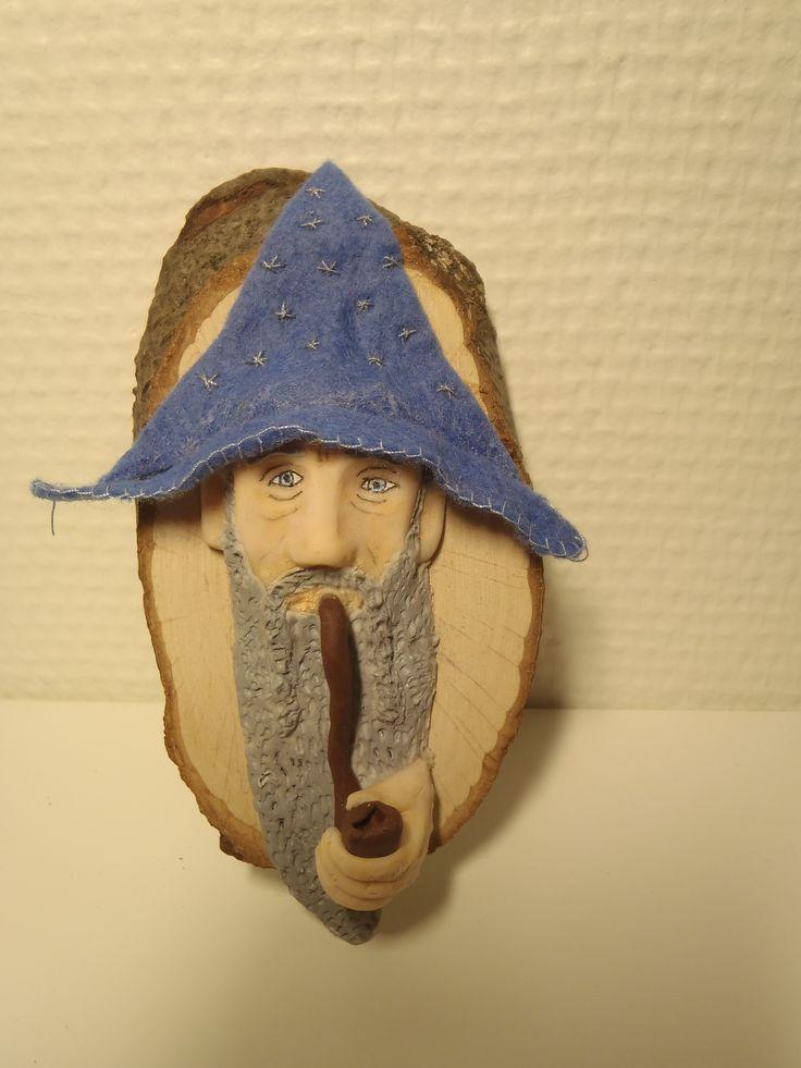 Gandalf i Fimo, med brodert filthatt montert på tre.