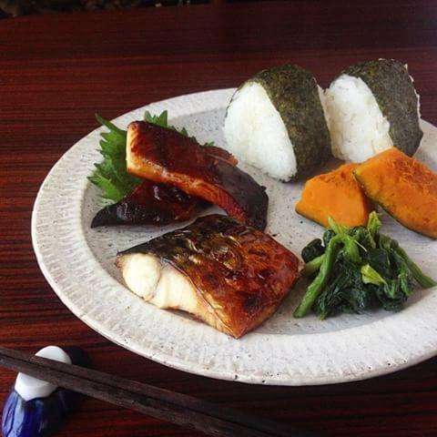 今日のお昼ごはんは焼き魚&残り物のお気楽過ぎるワンプレート。 (withあさりの味噌汁)  鯖の塩焼きとカレイのみりん干しコンビに個人的に大満足🐷 タイプの違う焼き魚2種盛り、なかなかアリですよ(笑)  #小石原焼 #翁明窯  #一人暮らし #自炊 #おうちごはん #お昼ごはん #塩鯖 #カレイのみりん干し #焼き魚 #和食ワンプレート