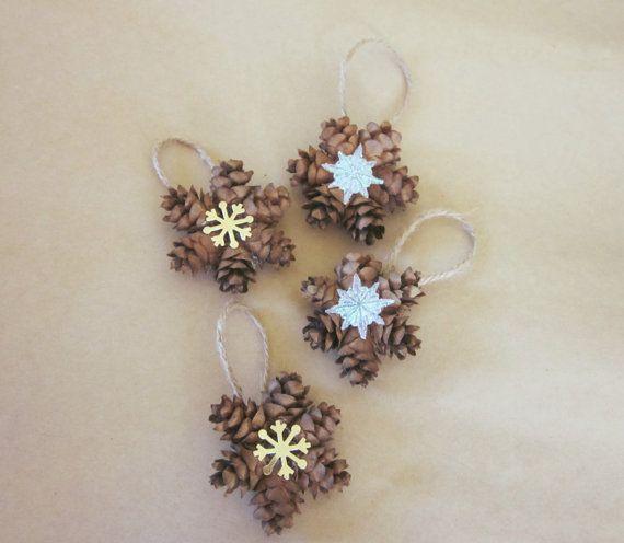 Diese adorable wenig Kranz Ornament besteht aus echten, natürlichen Hemlock Tannenzapfen mit Ihrer Wahl einer Schneeflocke aus Kunststoff