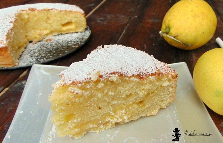 ecco a voi una torta che definirei il tripudio del limone, addirittura tre consistenze diverse per una torta davvero irresistibile, un connubio tra il sapo