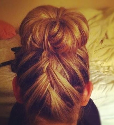 I wish I could do this to my hair so the back doesn't fall down. So pretty. #braid #frenchbraid #upsidedownbraid